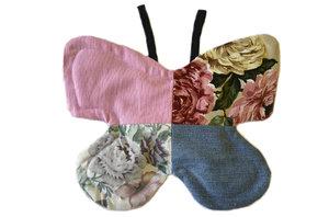 Grytlapp i form av fjäril, rosa och blommigt