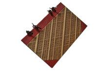 Anteckningsbok av gallrade bokpärmar, röd